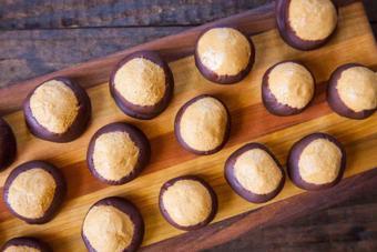 Bánh chocolate phủ bơ đậu phộng
