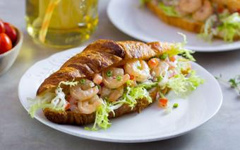 Bánh mì kẹp salad tôm