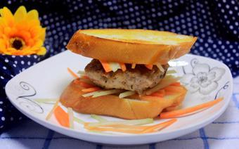 Bánh mì kẹp thịt nấm viên