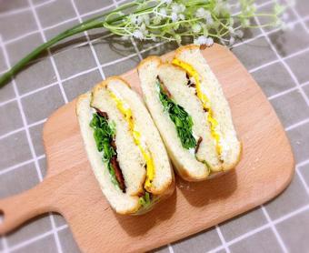 Bánh mì kẹp trứng thịt xông khói