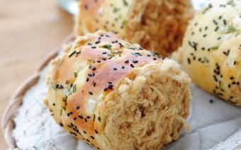 Bánh mì mè cuộn chà bông