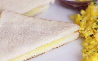 Bánh mì sandwich phô mai nướng với bàn ủi