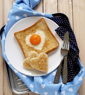 Bánh mì trứng tình yêu hình trái tim