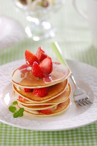 Bánh pancake dâu tây rưới nước cốt dừa