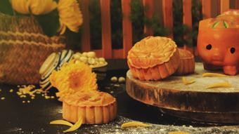 Bánh Trung Thu hạt sen trứng muối ngon