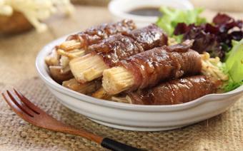 Bò cuộn nấm kim châm áp chảo