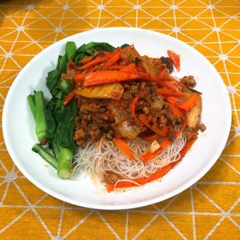 Bún gạo xào kimchi thịt băm rau củ