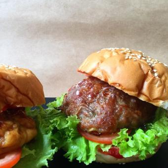 Burger thịt sốt dầu hào Maggi