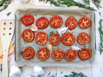 Cà chua nướng tỏi và lá hương thảo