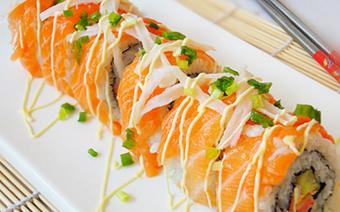 Cá hồi cuộn sushi