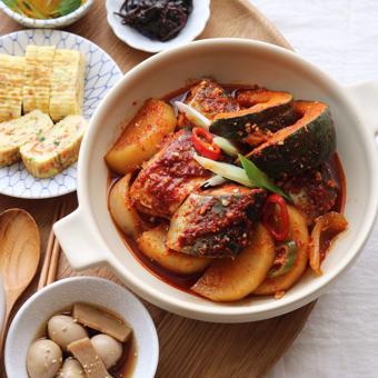 Cá thu kho củ cải và bí đỏ