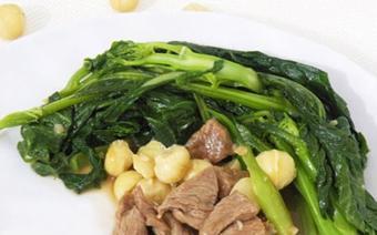 Cải làn xào bò và hạt macadamia