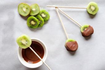Kẹo kiwi nhúng chocolate