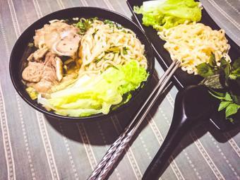 Mì gói Udon nấu xương hầm