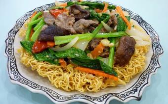 Mì xào rau cải và thịt bò