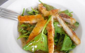 Salad cá basa xông khói trà tươi