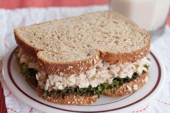 Salad cá ngừ hộp trộn mayonnaise