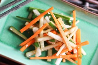 Salad cà rốt dưa leo dầu mè