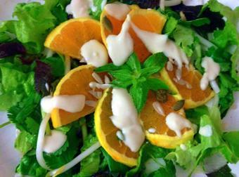 Salad cam hạt bí sốt kem phô mai