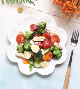Salad rau củ và hạt óc chó
