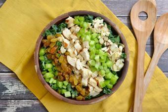 Salad ức gà rau xanh nho khô