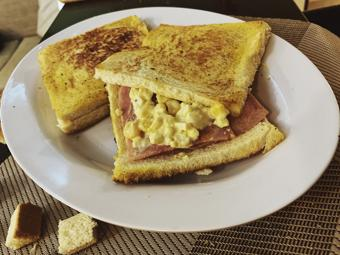 Sandwich chiên kẹp jambong sốt mayonnaise trứng bắp
