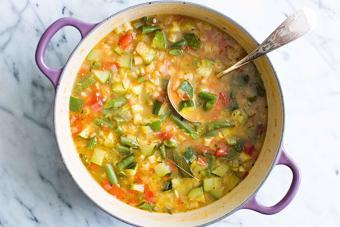 Súp gà nấu rau củ