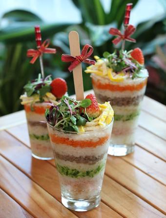 Tháp cơm sushi