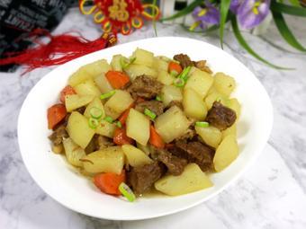 Thịt bò kho khoai tây và cà rốt