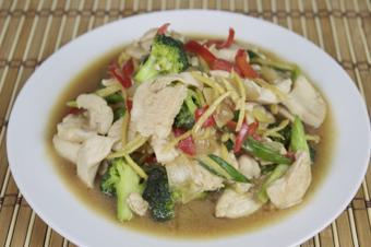 Thịt gà xào bông cải cay thơm