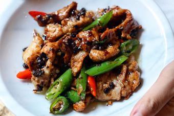 Thịt heo xào ớt tương đen