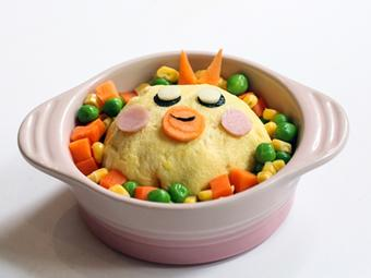 Trứng bọc cơm chiên hình gà