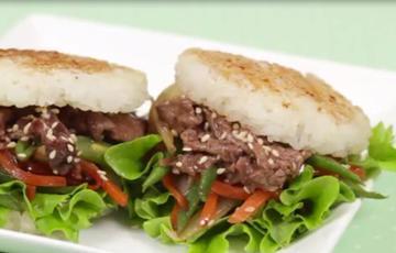 Burger cơm thịt bò Nhật Bản