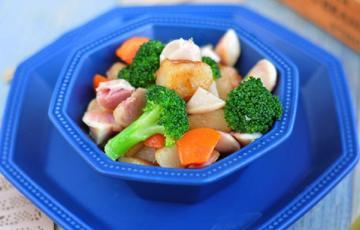 Bánh gạo chiên xào xúc xích cá ngừ và rau củ