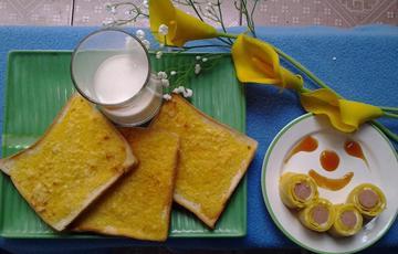Bánh mì bơ và trứng cuộn xúc xích