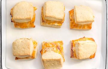 Bánh mì kẹp ham phô mai nướng