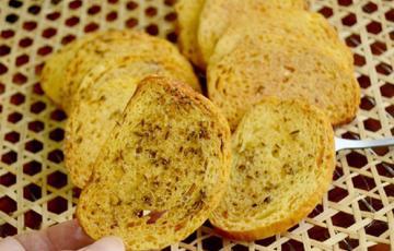 Bánh mì nướng dầu cải hạt thì là