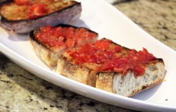 Bánh mì nướng phết sốt cà chua