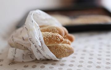 Bánh mì que tẩm mè