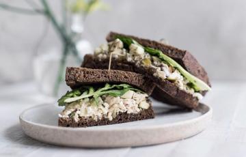 Bánh mì sandwich kẹp salad cá ngừ
