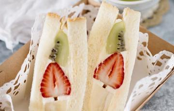 Bánh sandwich kẹp kem trái cây