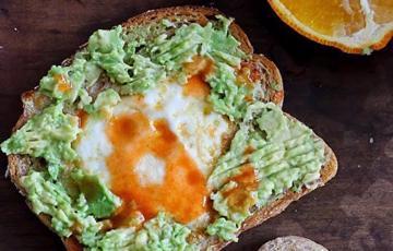 Bánh toast trứng bơ hình trái tim