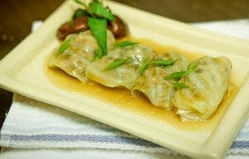Bắp cải cuộn thịt sốt nấm