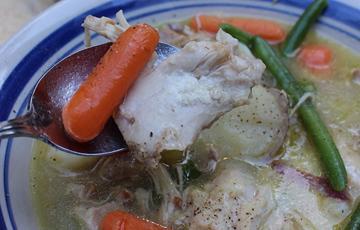 Canh gà với rau củ
