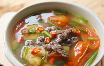 Canh thịt bò nấu thơm và cà chua