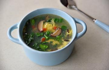 Canh trứng nấu nấm và rau củ