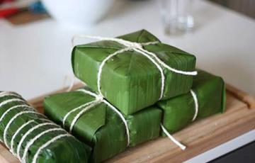 Gói bánh chưng bằng lá chuối