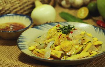 Gỏi sứa trộn xoài mắm tắc kiểu Thái