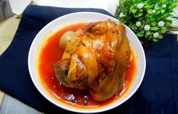 Móng giò hầm bia ăn kèm sốt cà chua