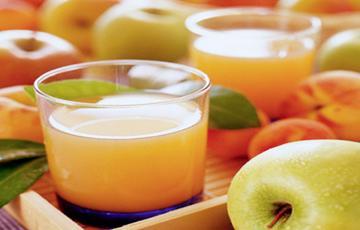 Nước ép táo bằng máy xay sinh tố